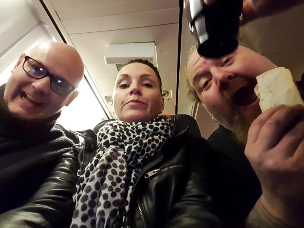 Her sitter jeg fast mellom Mick og Eirik på flyet