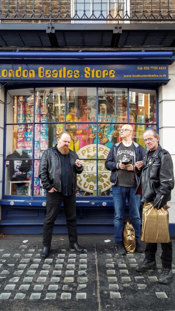 De glade gutta utenfor Beatles Store på Baker Street